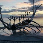 Carola Schmidt Coaching Yoga Teilnehmerin Ulla Schiffdenkmal am Meer